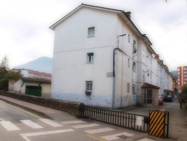 Piso en venta en Los Corrales de Buelna con 2 habitaciones, 1 baños y 65 m2 por 60.000 €