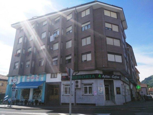 Piso en venta en Los Corrales de Buelna con 4 habitaciones, 1 baños y 114 m2 por 95.000 €