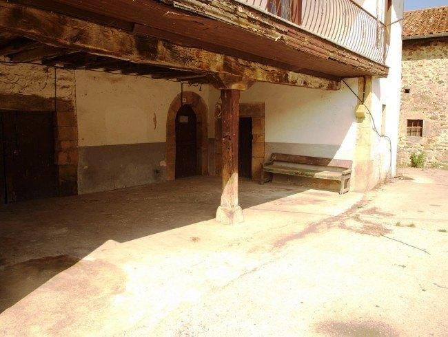 Casa en venta en Villasuso de Cieza con 4 habitaciones y 380 m2 por 90.000 €