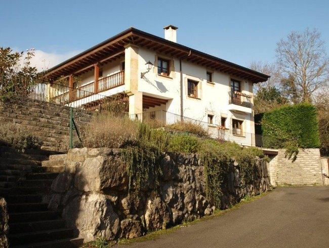 Chalet en alquiler en Oruña con 6 habitaciones, 6 baños y 376 m2 por 1.550 €/mes