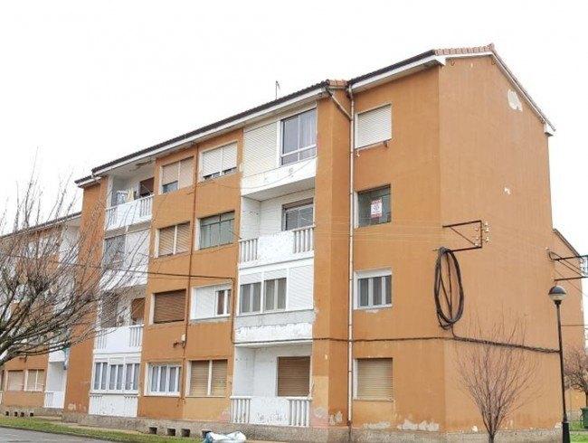 Piso en venta en Los Corrales de Buelna con 3 habitaciones, 1 baños y 90 m2 por 39.000 €