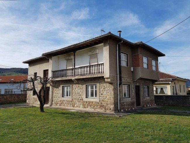 Casa en venta en Los Corrales de Buelna con 5 habitaciones, 1 baños y 245 m2 por 140.000 €