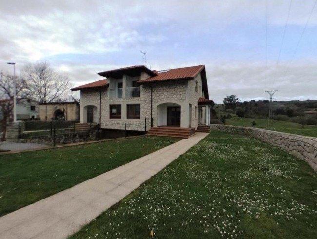 Chalet en alquiler op. compra en Reocín con 4 habitaciones, 3 baños y 249 m2 por 800 €/mes