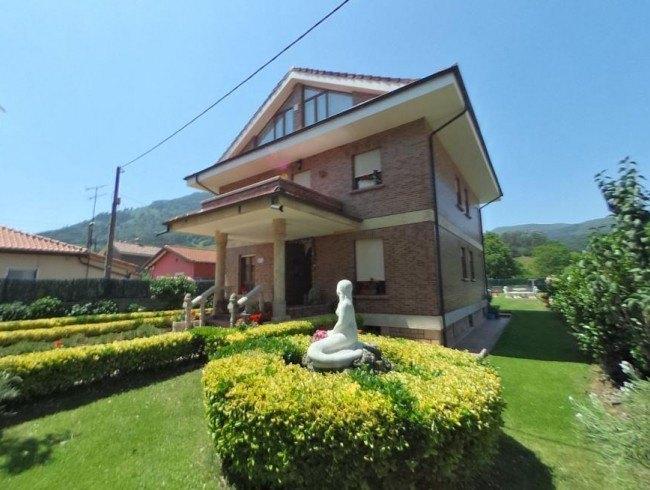 Chalet en venta en Los Corrales de Buelna con 5 habitaciones, 4 baños y 351 m2 por 630.000 €