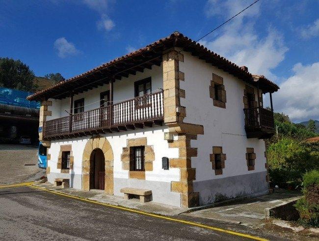 Casa en venta en Los Corrales de Buelna con 6 habitaciones, 1 baños y 169 m2 por 100.000 €