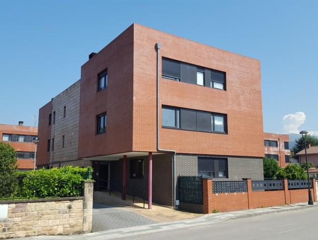 Piso en venta en Los Corrales de Buelna con 3 habitaciones, 2 baños y 83 m2 por 103.000 €