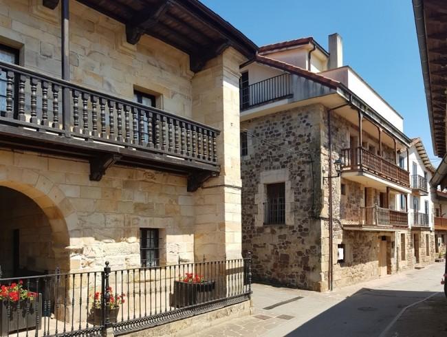 Casa en venta en Los Corrales de Buelna con 4 habitaciones, 2 baños y 318 m2 por 143.800 €