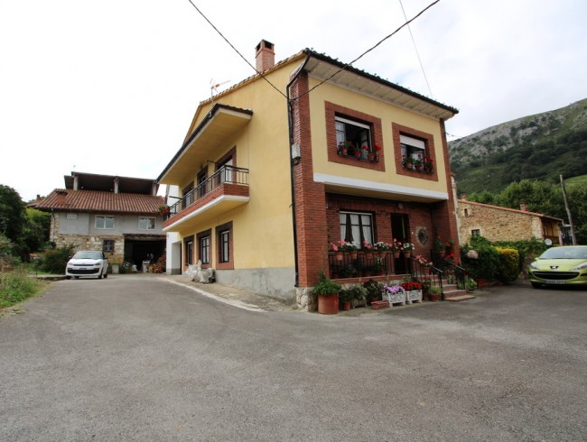 Casa en venta en Puente Viesgo con 4 habitaciones, 1 baños y 219 m2 por 105.000 €