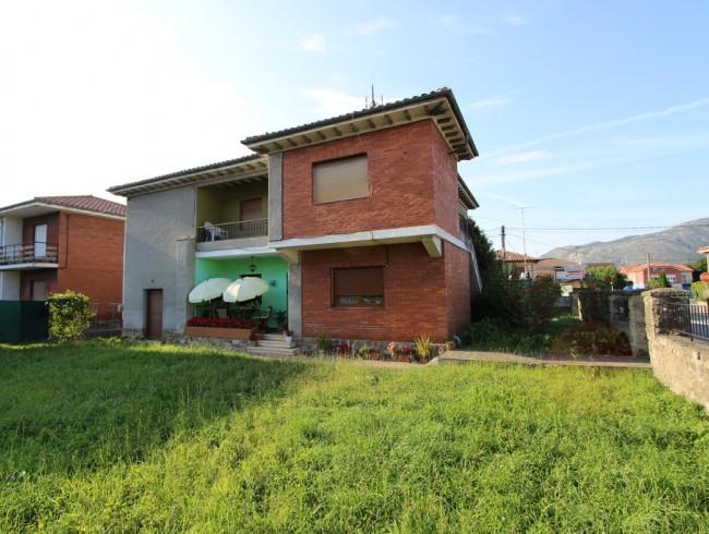 Casa en venta en Los Corrales de Buelna con 6 habitaciones, 2 baños y 252 m2 por 230.000 €
